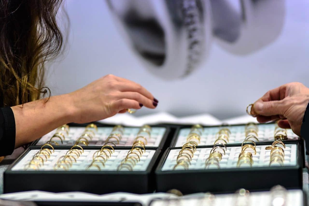 rings display store